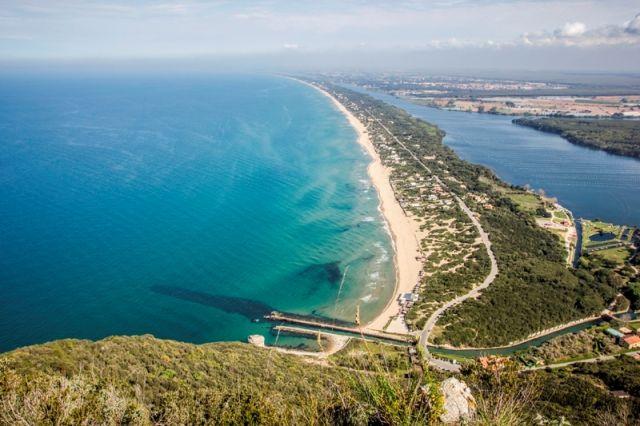 Foto panoramica della spiaggia e lago Paola nel Lazio
