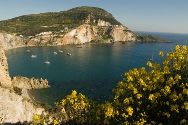 Foto panoramica dell'Isola di Ponza nel Lazio - Movingitalia.it