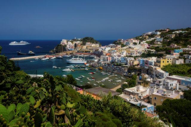 Foto panoramica sull'isola di Ponza nel Lazio - Movingitalia.it