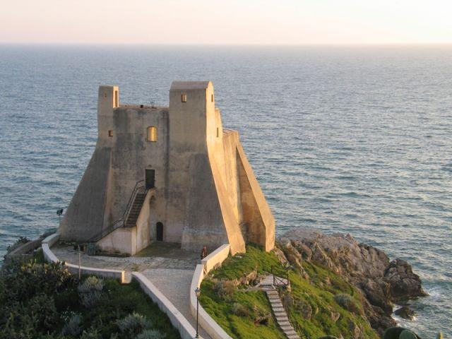 Il piccolo castello di Sperlonga, una zona di mare nei pressi di Gaeta