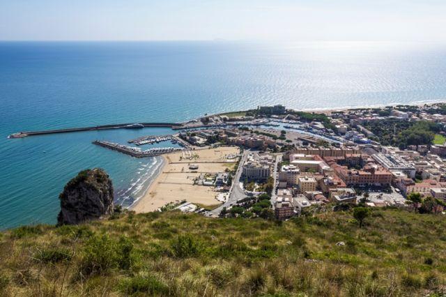Foto panoramica e vista del porto di Terracina nel Lazio