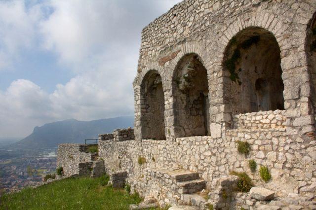 Tre archi nel Tempio di Terracina nel Lazio - Movingitalia.it