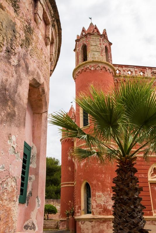 Questo palazzo rosso si trova a Leuca, Lecce. Il piccolo centro storico di Leuca, nel sud del Salento - Movingitalia.it