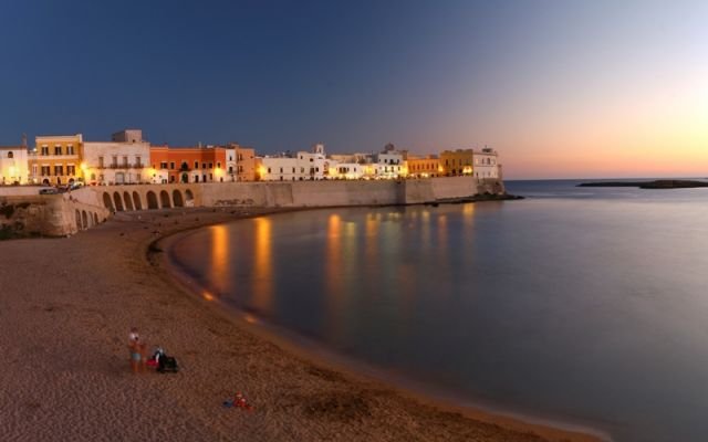 Spiaggia e mare di sera a Gallipoli in Puglia - Movingitalia.it