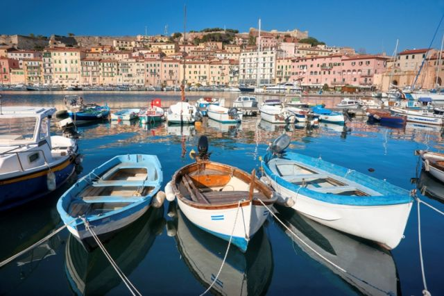 Foto primo piano del porto di Porto Azzurro - Movingitalia.it