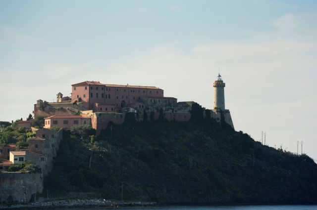 Foto panoramica di PortoFerraio e faro - Movingitalia.it