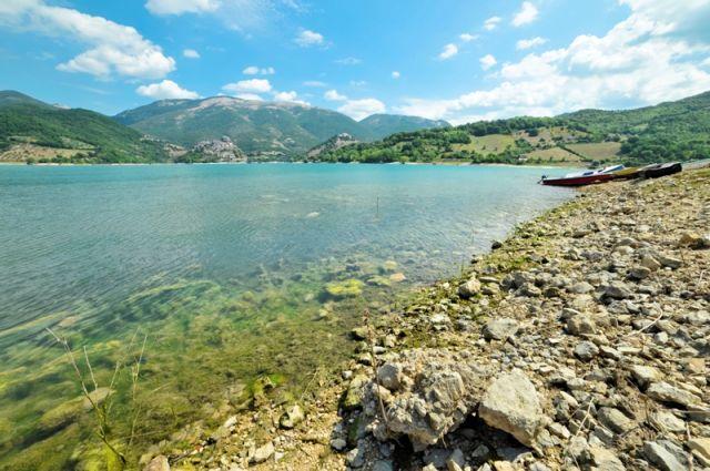 Spiaggia e sassi nel lago di Turano - Movingitalia.it