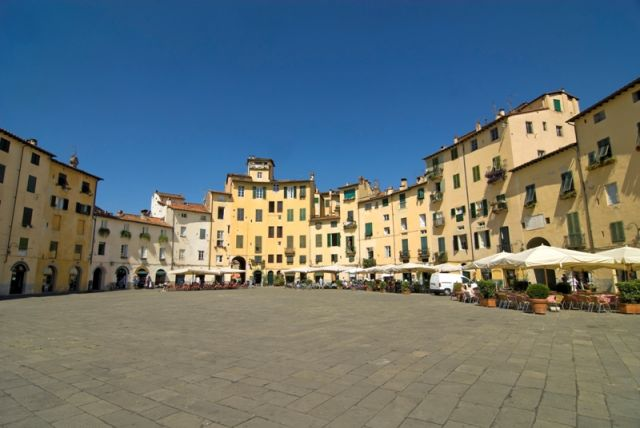 Storica Piazza di Lucca - Movingitalia.it