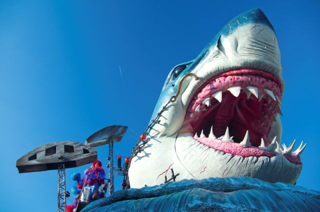 Carnevale con un grande squalo, durante il famoso Carnevale di Viareggio