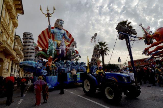 Carnevale di Viareggio, il gigante di cartapesta, sfilano sui viali per festeggiare il carnevale. nella foto Poseidone dio del mare