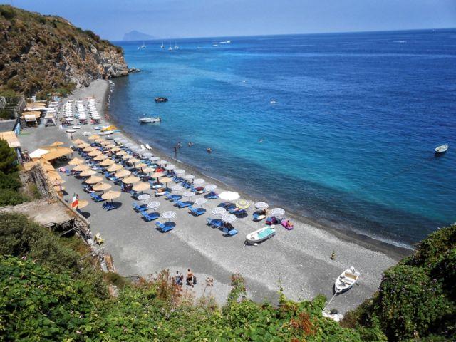 Spiaggia nell'Isola di Lipari in Sicilia - Movingitalia.it