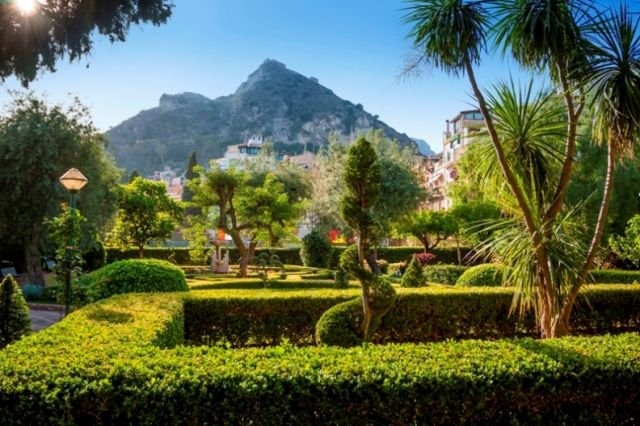 Strada e parco a Taormina in Sicilia - Movingitalia.it
