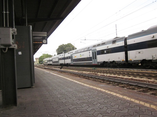 Treno in arrivo alla stazione di Magenta - Movingitalia.it