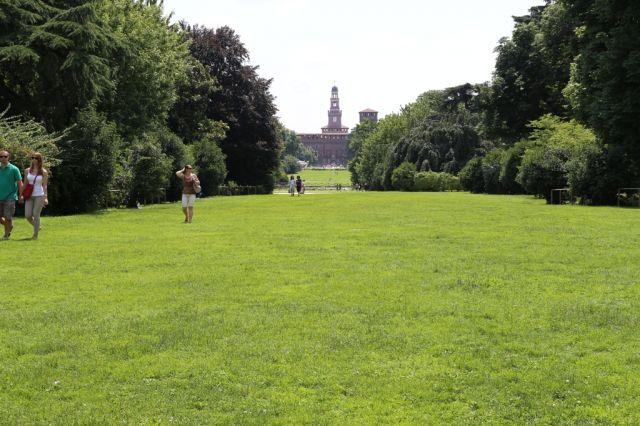 Parco Sempione con sullo sfondo il Castello Sforzesco - Movingitalia.it