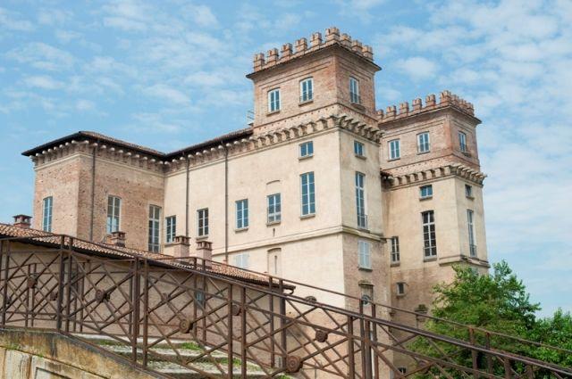 Palazzo Archinto, antico palazzo a forma di castello, sul canale e un ponte a Milano - Movingitalia.it