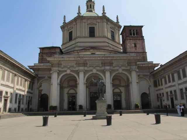 Chiesa con davanti statua Milano - Movingitalia.it