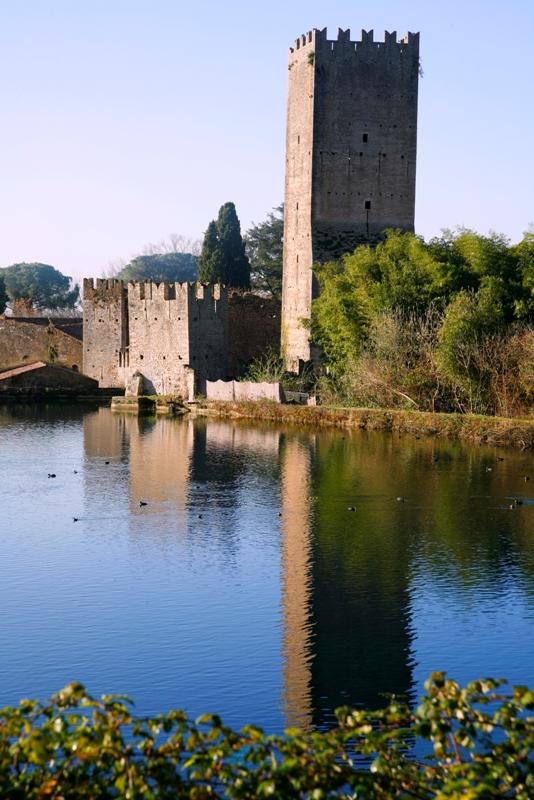 Veduta del lago di ninfa e del castello, a Modena