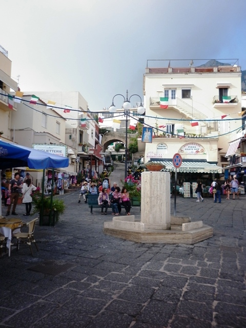 Piazza e monumento a Capri - Movingitalia.it