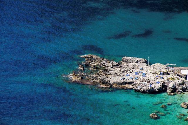 Mare e spiaggia dall'alto di Capri - Movingitalia.it