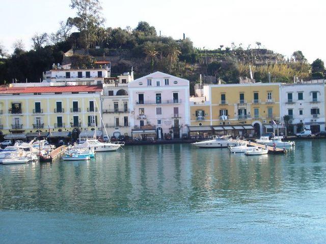 Foto panoramica della città di Ischia - Movingitalia.it