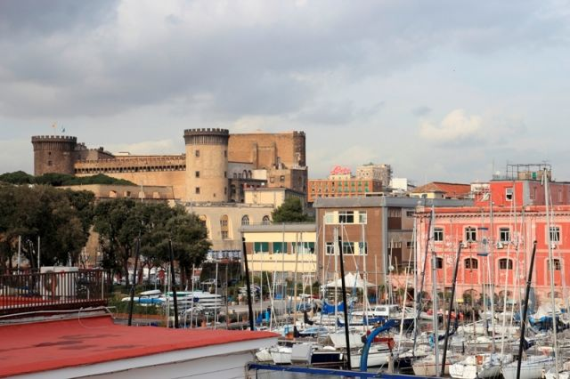 Foto panoramica del Castel Nuovo, vicino al porto di Napoli