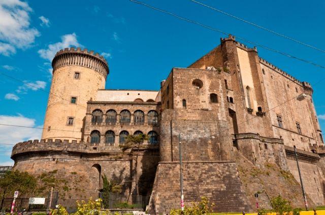 Foto panoramica del Maschio Angioino a Napoli