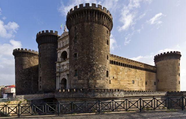 Vista del Castel Nuovo in piazza municipio di Napoli