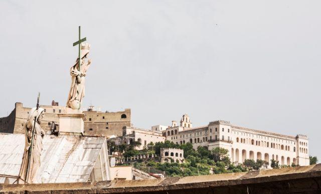 vista Sant 'Elmo castello e il Museo di San Martino. rappresentano importanti punti di riferimento della città di Napoli - Movingitalia.it