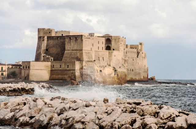 vista sulla fortezza di Castel dell'Ovo dal mare - Movingitalia.it