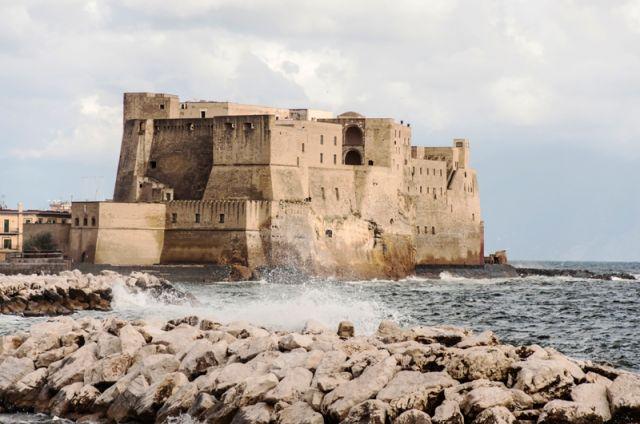 Vista sulla fortezza di Castel dell'Ovo dal mare