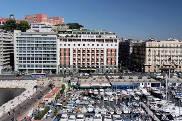 Foto panoramica del porto di Napoli