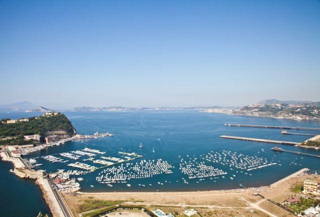 Foto panoramica del golfo di Napoli e isola di Ischia
