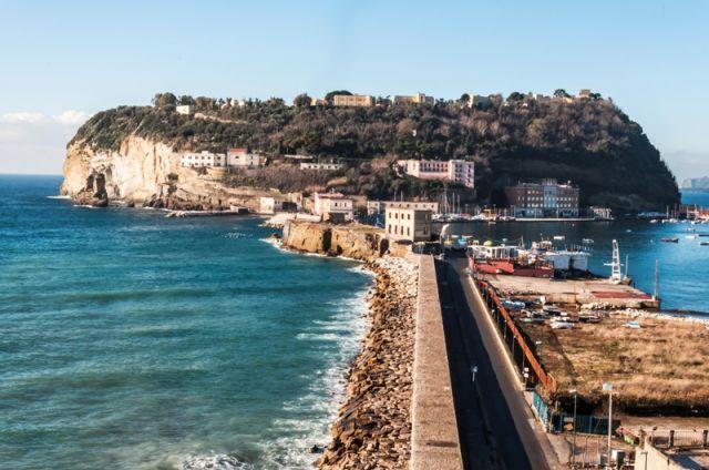 Foto panoramica dell'isola di Nisida a Napoli