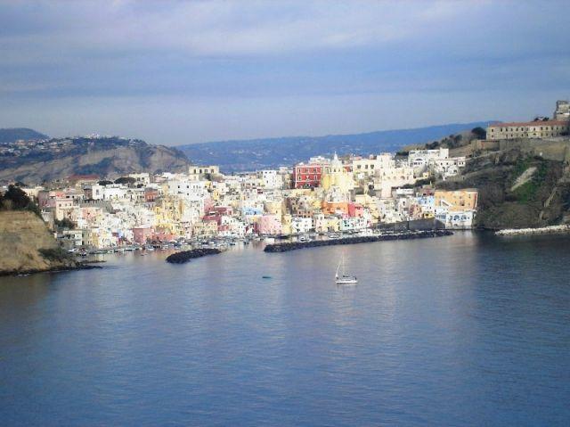 Foto panoramica della città di Procida - Movingitalia.it