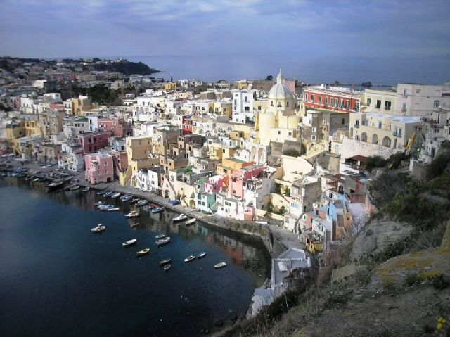 Porto e città dall'alto Procida - Movingitalia.it