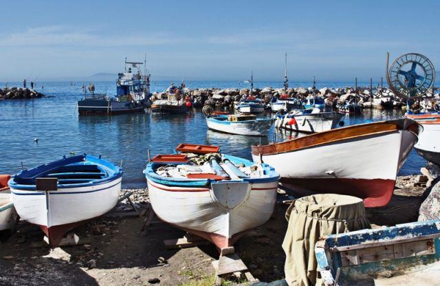 Foto primo piano delle barche nel porto di Sorrento in Campania - Movingitalia.it
