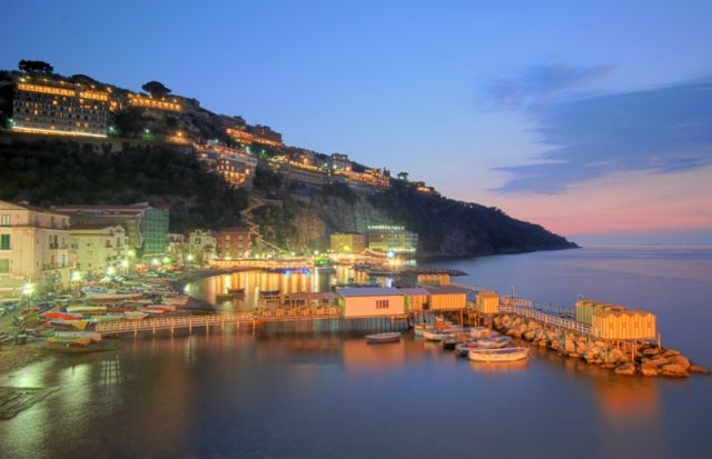 Porto al tramonto a Sorrento in Campania - Movingitalia.it
