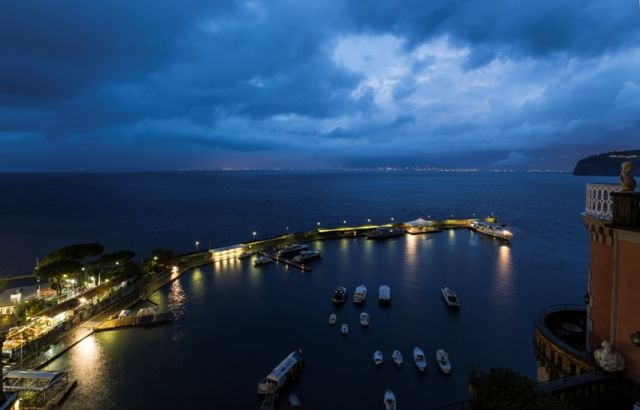 Porto di sera a Sorrento in Campania - Movingitalia.it