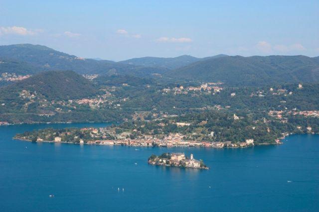 Foto panoramica dell'Isola di San Giulio e Lago d'Orta in Piemonte