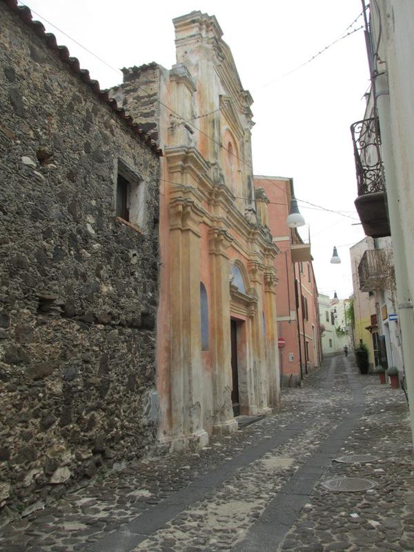 Viottolo con facciata della Chiesa Orosei