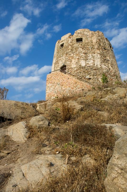 Antica torre su una collina rocciosa. Torre di Bari, in Sardegna