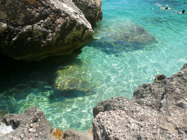 Grotte e mare nella Cala di Mariolu in Sardegna - Movingitalia.it