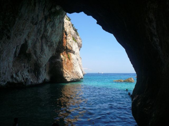 Interno della grotta a Cala Mariolu in Sardegna - Movingitalia.it