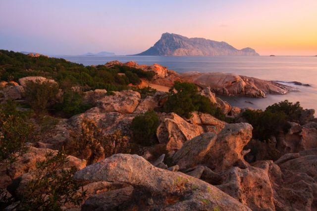 Foto al tramonto dell'Isola di Tavolara in Sardegna
