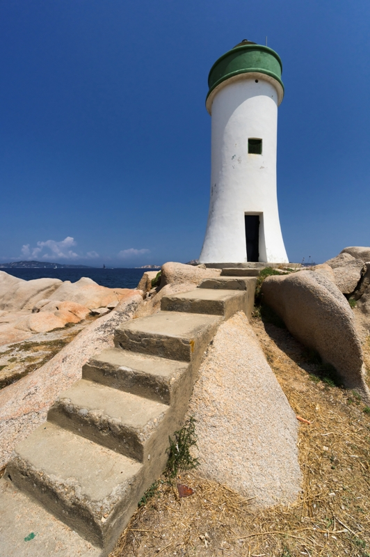 Foto primo piano faro a Palau in Sardegna - Movingitalia.it