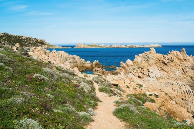 Spiaggia e sentiero a Santa Teresa di Gallura in Sardegna - Movingitalia.it