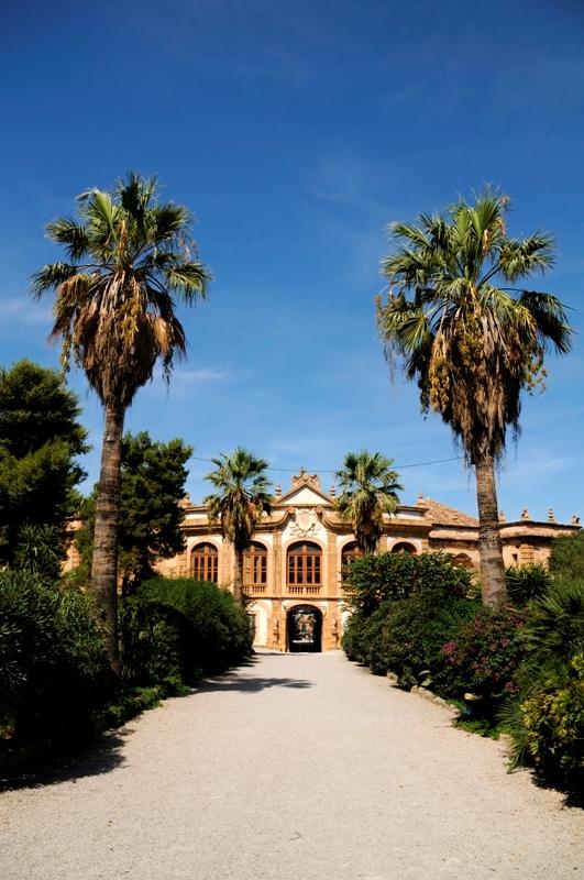Sullo sfondo Villa Palagonia a Bagheria - Movingitalia.it
