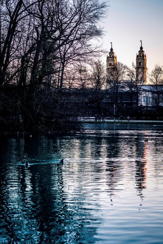 Chiesa riflessa nel lago a Parma