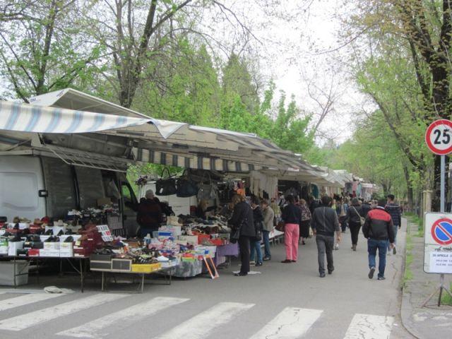 Mercato nel centro di Salsomaggiore Terme - Movingitalia.it