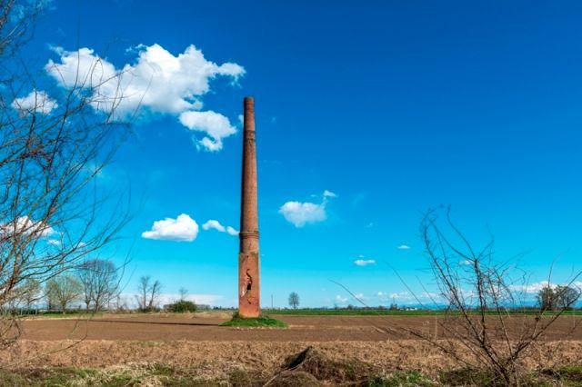 Vecchio camino tra i campi di riso a Candia Lomellina - Movingitalia.it